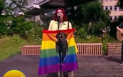 Slovenská speváčka Karin Ann v poľskej televízii vytiahla dúhovú vlajku a podporila LGBT komunitu. Editor dostal padáka