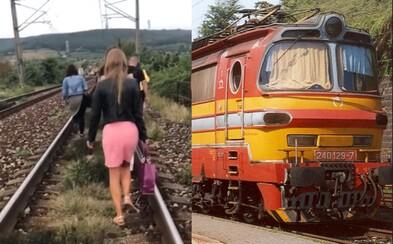 Slovenské železnice opäť zabodovali. Cestujúci kráčali na vlastné riziko po koľajniciach kvôli poruche rušňa pri Vinohradoch