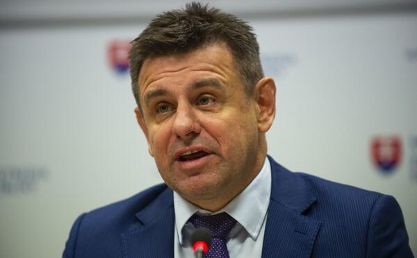 Slovenského ministra životného prostredia zadržala polícia po tom, čo opitý vyčíňal v centre Bratislavy, dostal sa aj do konfliktu