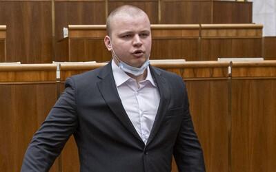 Slovenského poslance vyhodili z banky, protože si odmítl nasadit roušku: Nebudu si ničit zdraví dýcháním vlastního CO2, napsal