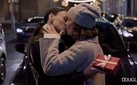 Slovenskí bojovníci proti LGBTI sa sťažujú na vianočnú reklamu s bozkávajúcimi lesbičkami. Na protest dvojicu dokonca rozmazali