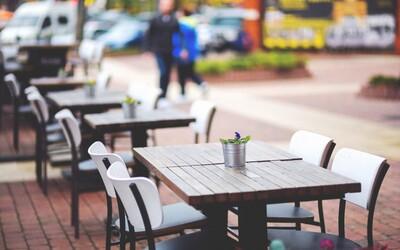 Slovenskí fajčiari si zrejme nebudú môcť zapáliť ani na terasách reštaurácií, zákaz fajčenia chcú naši poslanci rozšíriť