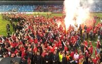 Slovenskí futbaloví chuligáni vypálili trávnik a zničili tribúnu vynoveného štadióna v Nitre