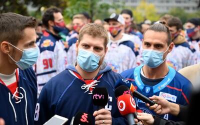 Slovenskí hokejisti protestovali pred Úradom vlády, nepáčia sa im Matovičove opatrenia proti koronavírusu