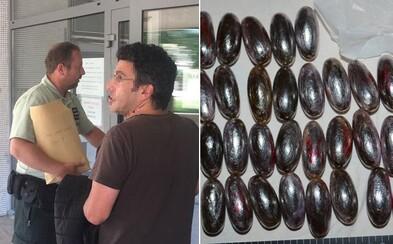 Slovenskí policajti chytili Davida, ktorý mal v sebe 45 kapsúl s hašišom. Priniesol ich zo Španielska a vraj boli len na osobnú potrebu