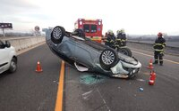 Slovenskí policajti tiež pokutujú vodičov, ktorí si fotia nehody. Vytiahli niekoľko príkladov, kedy na to vodiči doplatili