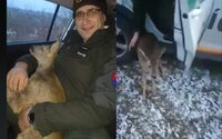 Slovenskí policajti zachránili zaseknutého srnčeka. Jeden z nich ho po celý čas držal a objímal na zadnom sedadle