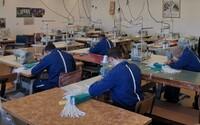 Slovenskí väzni šijú rúška. Za týždeň ich vyrobili už 12 000