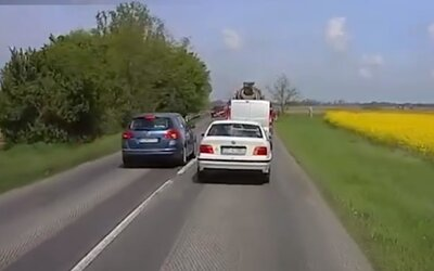 Slovenskí vodiči občas pripomínajú samovrahov. Stále sa nenaučili jazdiť ohľaduplne, čo dokazuje najnovšia kompilácia od policajtov