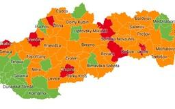 Slovensko je už aj červené. V 10 okresoch budú pre niektorých zakázané terasy a interiéry reštaurácií