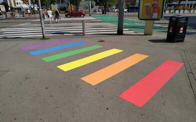 Slovensko má prvý dúhový priechod pre chodcov, nachádza sa na Kamennom námestí v Bratislave