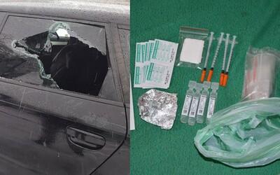 Slovenský dôchodca mal pri sebe 180 gramov heroínu, tak sa zabarikádoval v aute. Skrýval v ňom aj marihuanu, striekačky a tisíce eur
