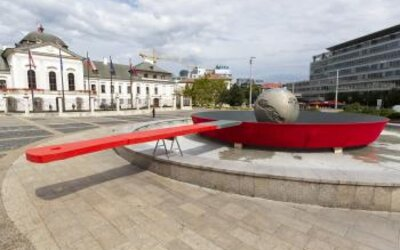 Slovenský Greenpeace upozorňuje na globálne otepľovanie inštaláciou, ktorá znázorňuje Zem smažiacu sa na panvici