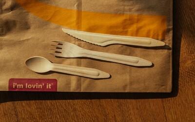 Slovenský McDonald's sa zbaví plastových príborov, nahradí ich drevenými. Z posledných plastov vytvorili lavičky