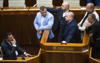 Slovenský premiér ustál hlasování o důvěře. Pravicoví extrémisté z ĽSNS kvůli němu obsadili řečnický pult