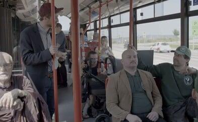 """Slovenský seriál Ministri si robí srandu z Kotlebovcov a ich """"bezpečnostných"""" hliadok v MHD"""