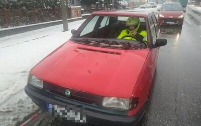 Slovenští policisté zastavili Felicii bez čelního skla, motoru a funkčních světel. Řidič měl přilbu a reflexní bundu