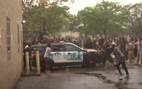 Slzný plyn, kameny a zničená auta. Minneapolis zachvátily protesty po smrti George Floyda, na jehož krku klečel policista