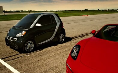 Smart trefne dokazuje, že jeho elektrické autíčko je stvorené do mesta a predbehne aj Porsche
