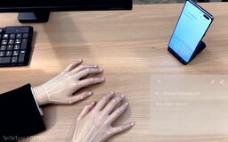 Smartphone od Samsungu má neviditelnou klávesnici. Promítá ji na stůl rovnou před tebe