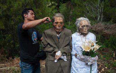 Smrť neznamená koniec. Indonézsky rituál vykopávania a čistenia mŕtvol ti možno príde zvláštny, ale funguje už dlhé roky