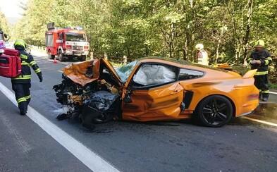 Zábery skazy po naháňačke športových áut v Česku. Pri nehode zabili vodiča protiidúceho vozidla