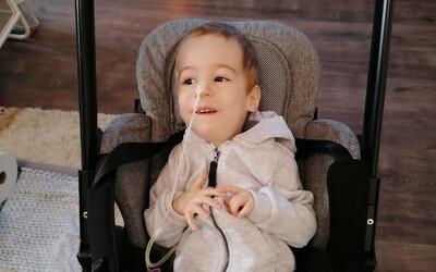 Smrteľne chorý Riško už dýcha ako zdravé dieťa. Lieky za 2 milióny eur zatiaľ zaberajú