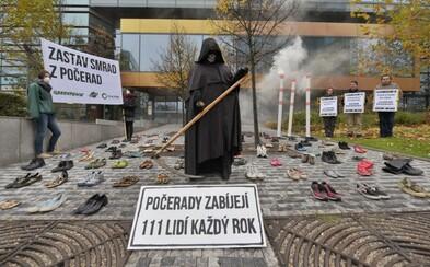 """Smrtka a 111 """"mrtvých"""". Ekologická hnutí dnes protestovala proti uhelné elektrárně v Počeradech"""