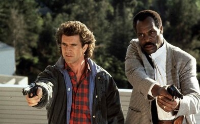 Smrtonosná zbraň 5 dostane scenár od režiséra skvelej akčnej komédie The Nice Guys. Vráti sa aj Mel Gibson s Dannym Gloverom?