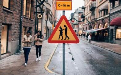 Smutné, vtipné alebo užitočné? V Nemecku sú semafory pre používateľov smarfónov so sklonenými hlavami