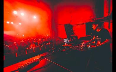 Osmý Addict byl obrovský. NobodyListen, Hugo Toxxx nebo Dalyb a více než 1 500 lidí v opuštěné výrobní hale na okraji Prahy (Fotoreport)