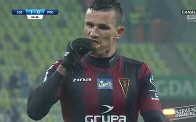 Snažili sa zabrániť gólu, a tak po ňom hodili čokoládu. Poľsky futbalista si na nej však pochutnal a ešte aj poďakoval