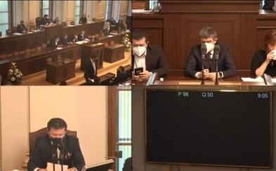 Sněmovna jedná o prodloužení nouzového stavu. Sleduj živý videopřenos