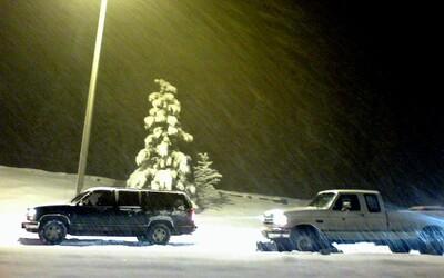 Sněžná bouře v Japonsku uvěznila v koloně až 1 000 aut: Řidiči zůstali uvězněni s minimálním množstvím vody a jídla