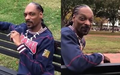Snoop Dogg si šiel zafajčiť marihuanu rovno pred Biely dom. Posedával na lavičke a vychutnával si blunt