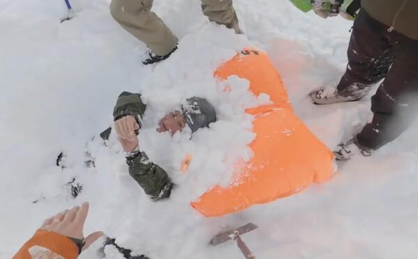 Snowboardistka zasypaná lavínou mala obrovské šťastie. Video zachytáva improvizovanú záchrannú akciu ostatných lyžiarov