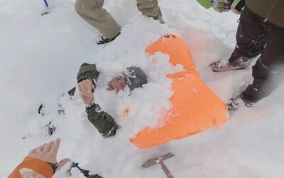 Snowboardistka zasypaná lavinou měla obrovské štěstí. Video zachycuje improvizovanou záchrannou akci ostatních lyžařů