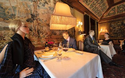 Social-distancing v americkej reštaurácii? K susedným stolom posadia figuríny, aby si sa tam necítil sám