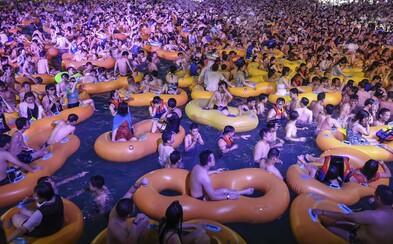Šokujúce zábery z mesta Wu-chan, odkiaľ sa COVID-19 rozšíril do sveta. Takto sa ľudia zabávali na preplnenom kúpalisku