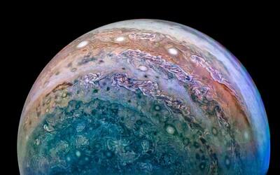 Sonda Juno putovala k Jupiteru dlhých 5 rokov. NASA teraz uvoľnila fotky, ktoré tam získala