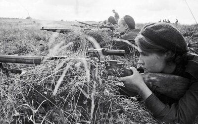 Sovětské ostřelovačky jako stroje nahánějící hrůzu. Dobové záběry ukazují, že se opravdu ničeho nebály