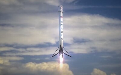 SpaceX má za sebou ďalší míľnik. Raketa Falcon 9 vyniesla japonský satelit a pristála na Zemi