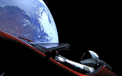 SpaceX zveřejnila, kde se aktuálně nachází jejich Starman hovící si v Roadsteru od Tesly