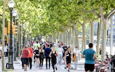 Španělé po téměř 50 dnech vyšli z karantény ven sportovat. Veřejná místa jsou přeplněná