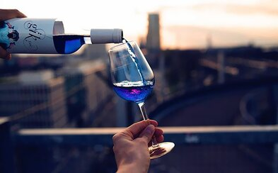Španieli vedia, ako zaujať. Na trh prichádzajú s modrým vínom, ktorého sa netreba obávať