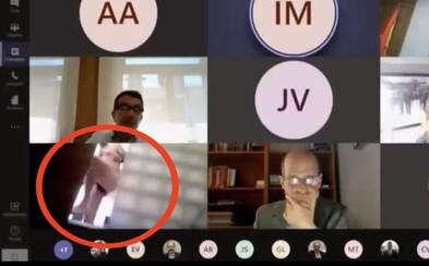 Španělský poslanec si během videokonference zapomněl vypnout kameru. Jeho sprchování se vysílalo živě v televizi