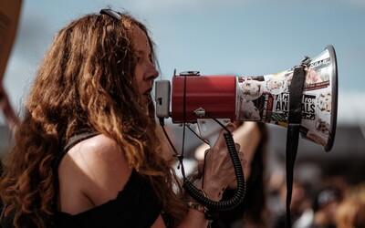 Španielsky súd oslobodil 5 mužov spod obžaloby zo skupinového znásilnenia, pretože dievča bolo v bezvedomí, ľudia sa búria
