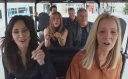 Špeciálny diel Priateľov zo zákulisia: James Corden vytiahol hercov na Carpool Karaoke legendárnej skladby aj do ikonického štúdia