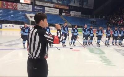 Speváčka nedorazila na hokejový zápas, a tak sa českej hymny ujal rozhodca. Spevom vyrazil dych každému prítomnému