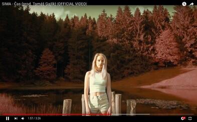 Speváčka Sima prichádza s novou skladbou, ktorá je opäť preplnená myšlienkami a dostáva názov Čas